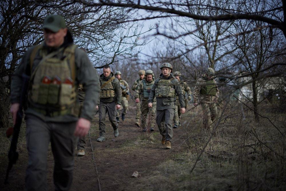 ukrainske soldater går i skov