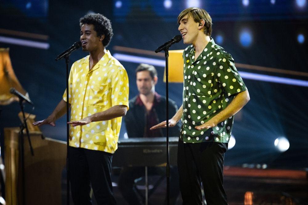 drengeduoen Simon og Marcus står på scenen