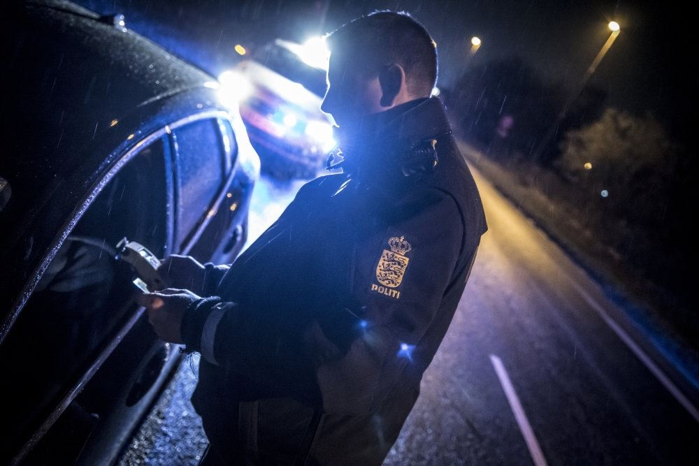 Politimand tjekker bil