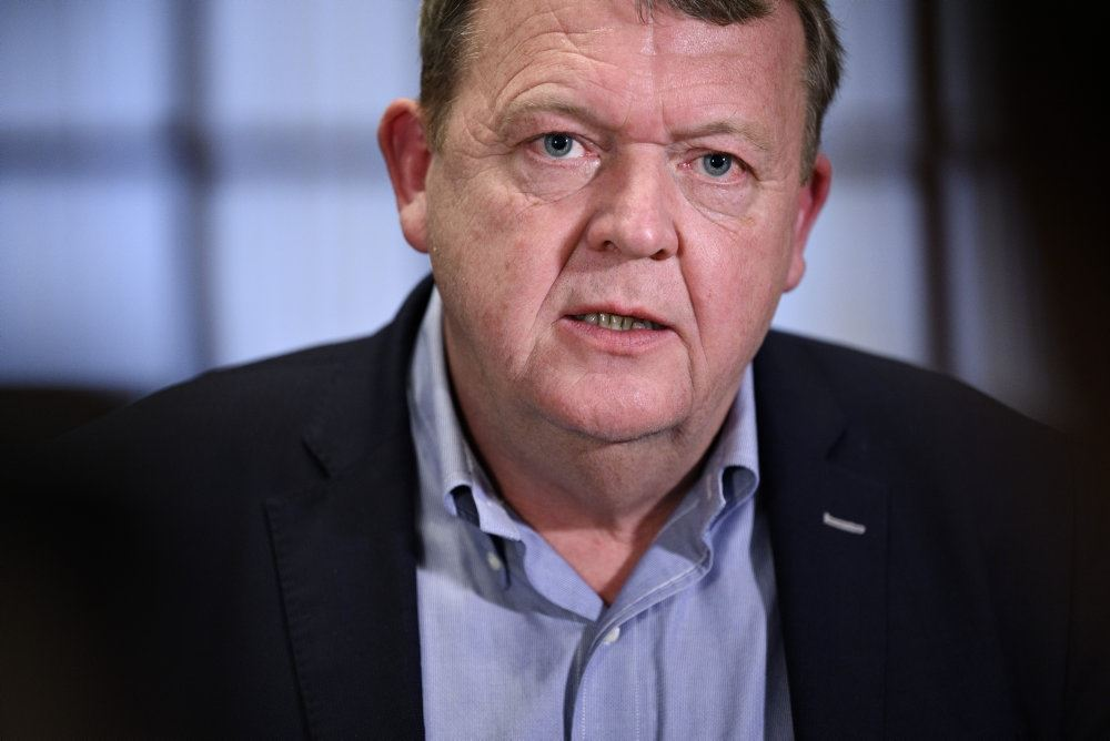 Lars Løkke Rasmussen tæt på. Han ser alvorlig ud i ansigtet. Han er iført lyseblå skjorte og en sort habbitjakke.