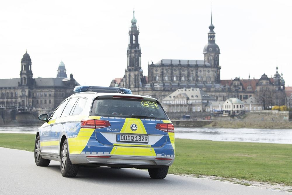 En tysk politibil i udkanten af en by.