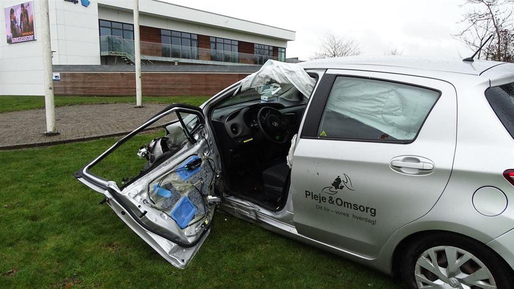 Smadret bil på græsplæne