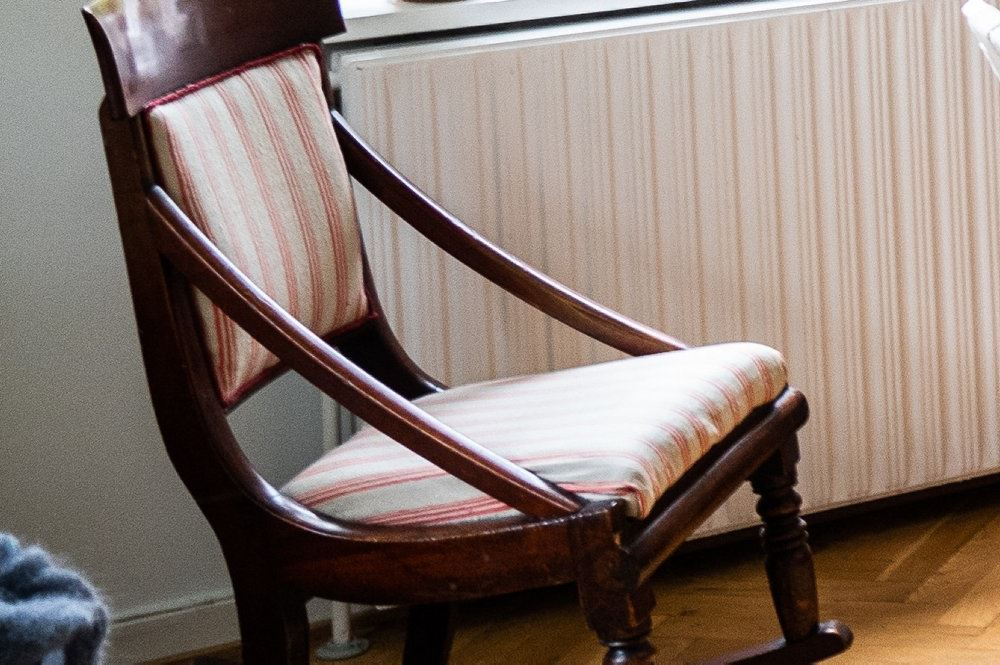 stol i træ står i stue