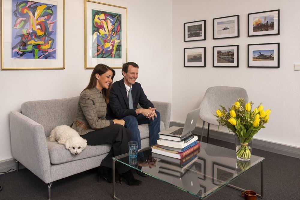 Prins Joachim og Prinsesse Marie sidder i en sofa
