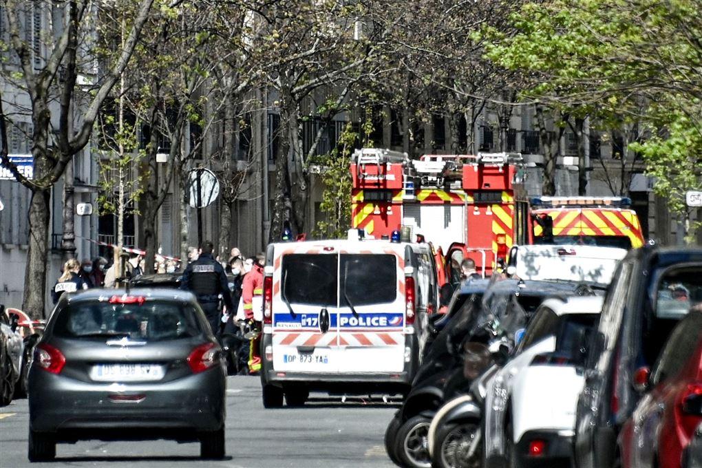 Politi og brandbiler på gade i Paris