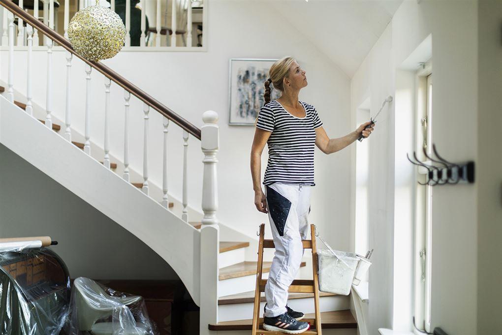 En kvindelig maler ved en trappe
