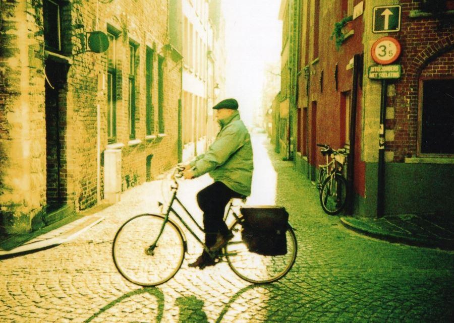 mand på cykel på brosten