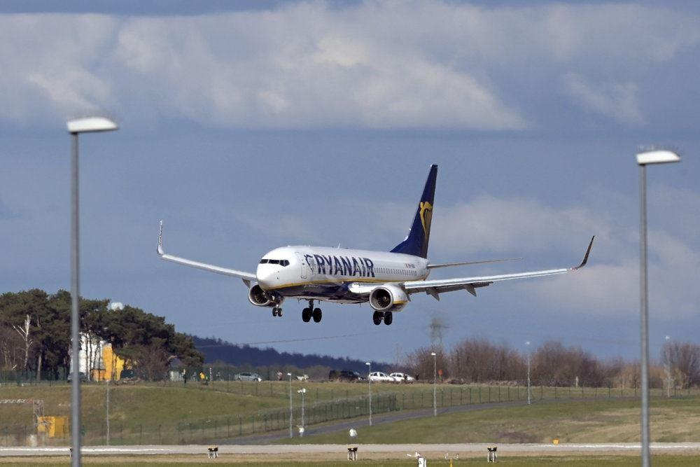 Et fly er ved at lette i en lufthavn.