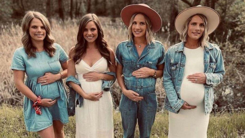 Fire smukke unge kvinder holder på deres gravide maver