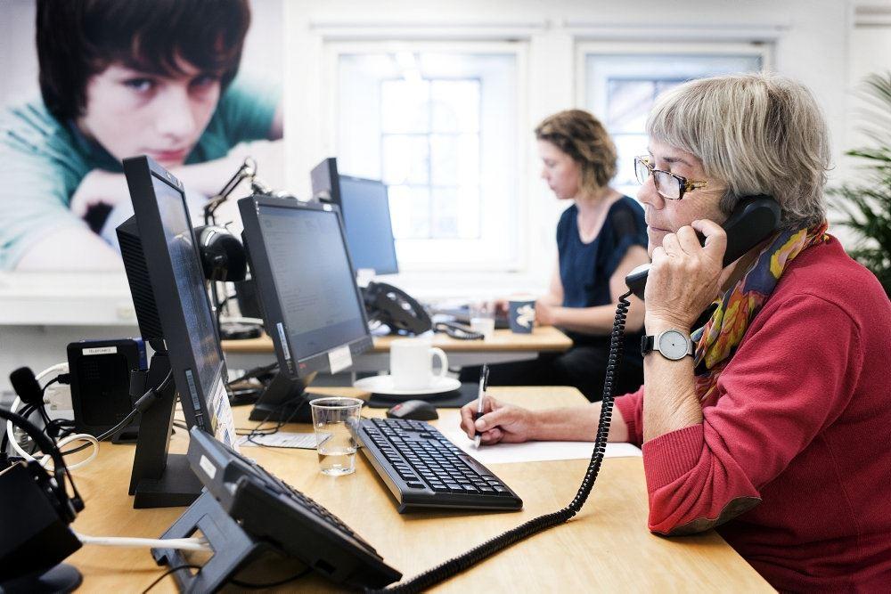 Folk taler i telefon