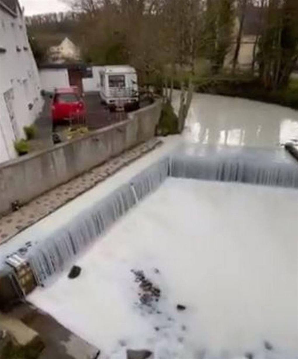 En flod med hvidt vand