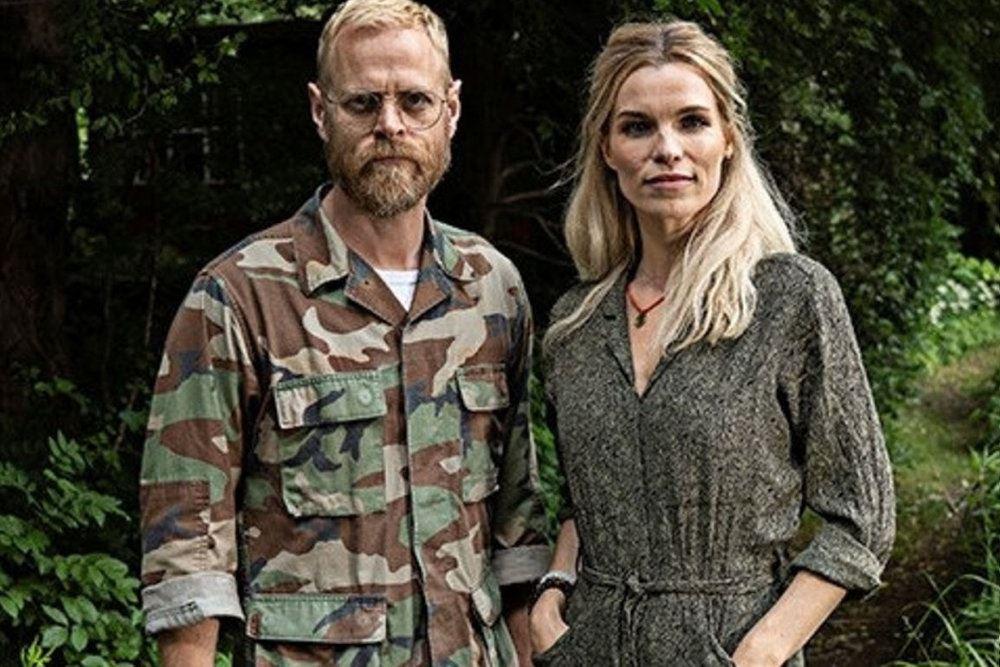 Carsten Bjørnlund og Marie Bach Hansen står i militærtøj
