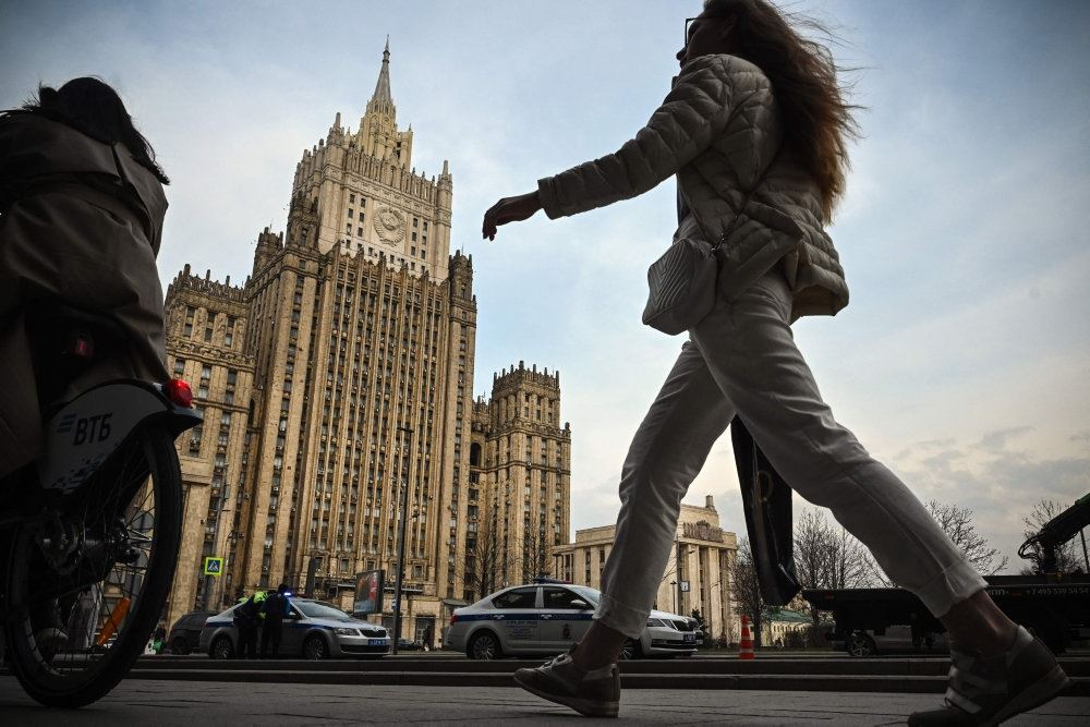 kvinde går på gaden i moskva