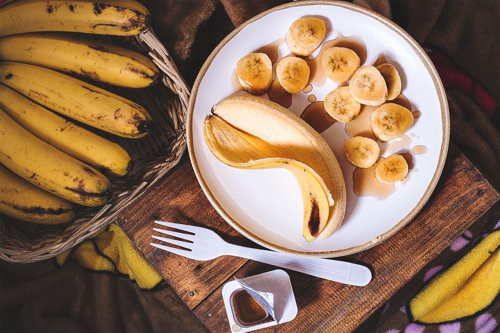 En tallerken med banan skåret i skiver