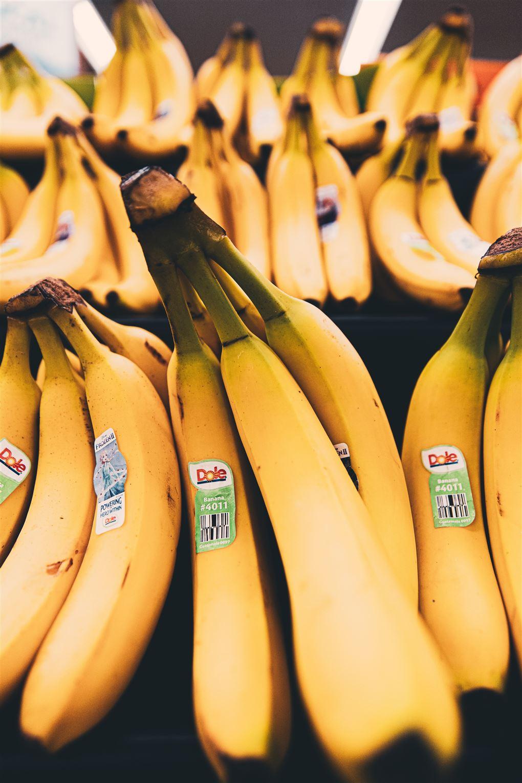 En masse bananer i et supermarked
