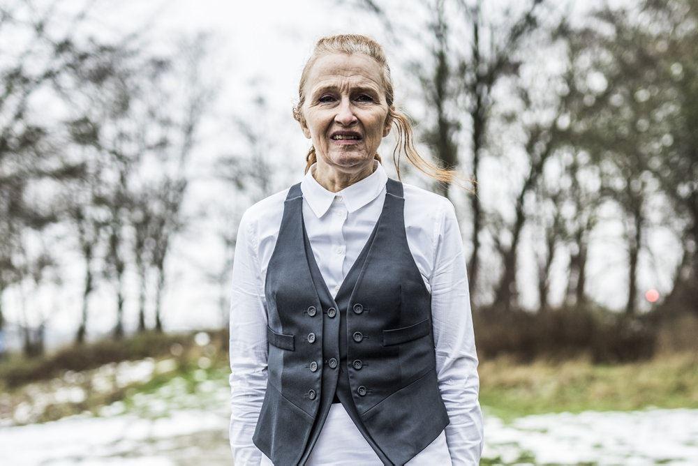 """Bodil Jørgensen i rollen som barejeren i """"Minkavlerne""""."""