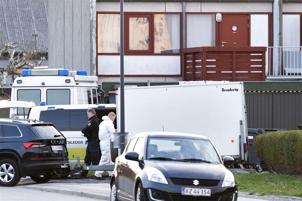 En masse politibiler, betjente og teknikere udenfor et rækkehus på Amager.