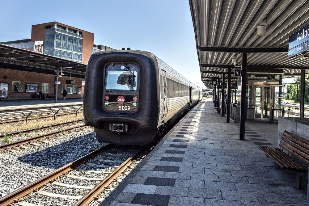 ic3 tog holder ved perron