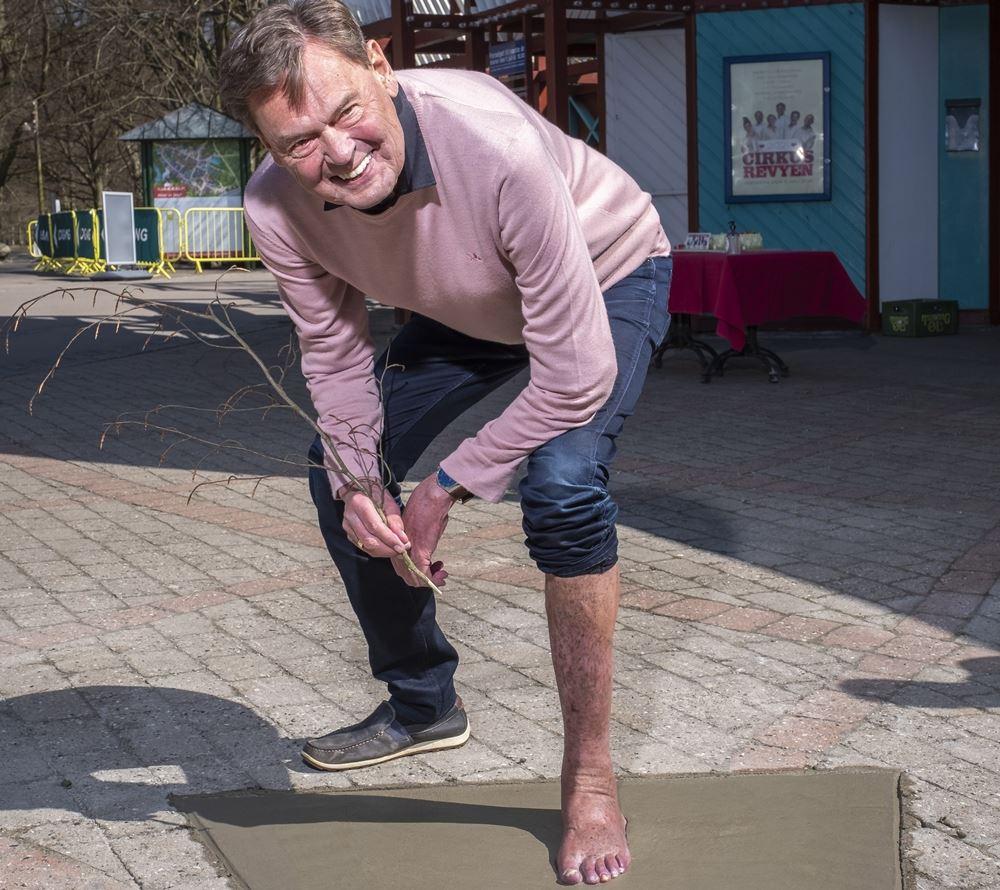 ulf pilgaard sætter fodaftryk i cement