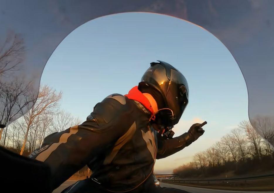 motorcyklist giver fuckfinger til politiet på motorvej