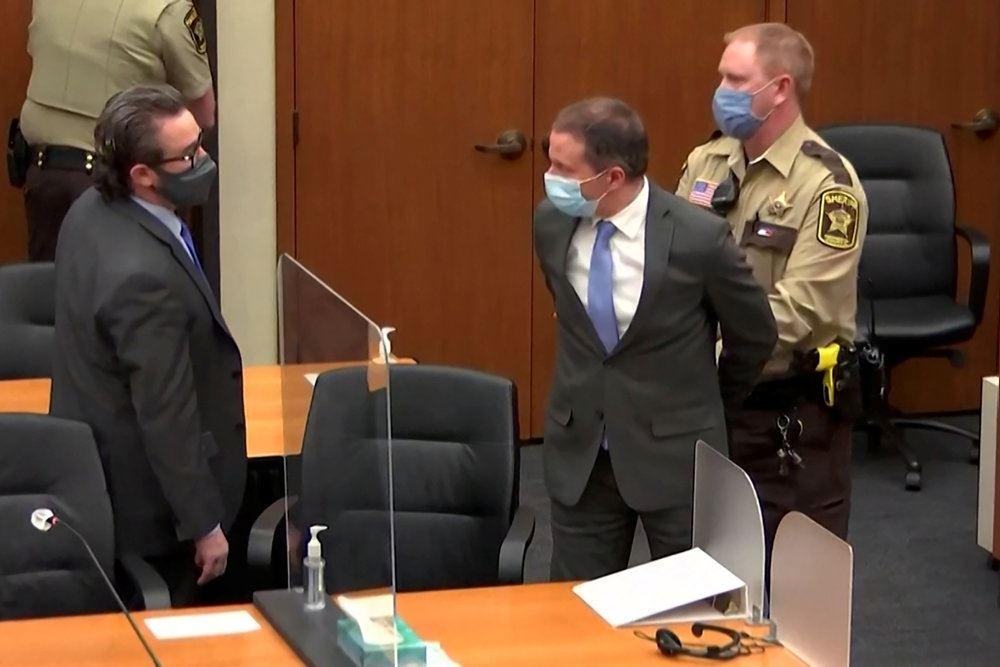 mand sættes i håndjern i retssag
