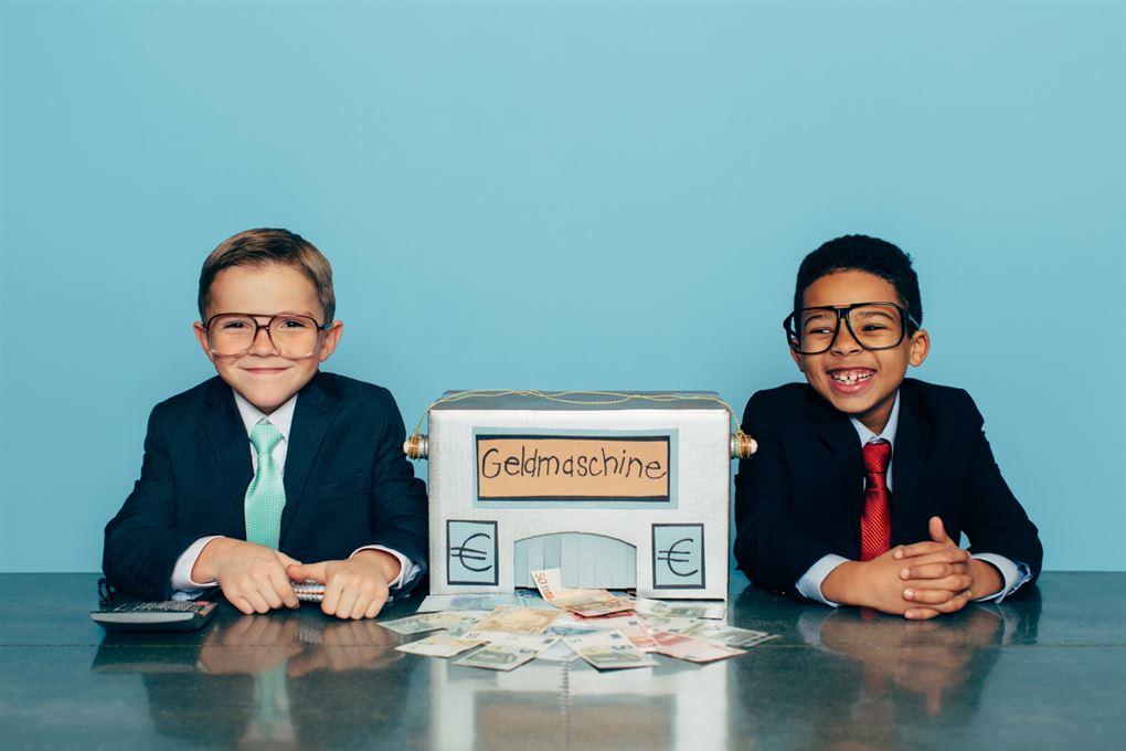 To drenge i jakkesæt ved bord