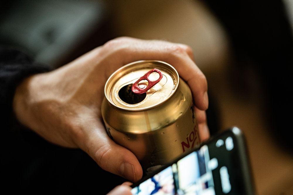En øldåse i en hånd