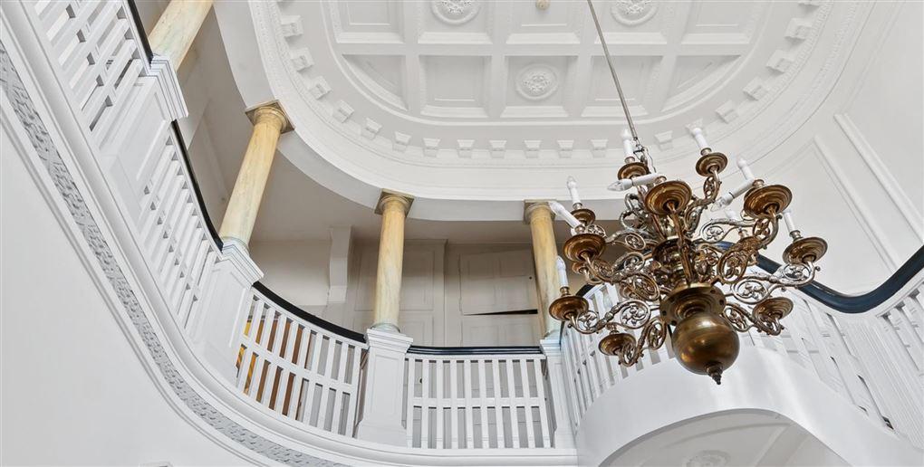 En kæmpe hall med søjler og lysekrone