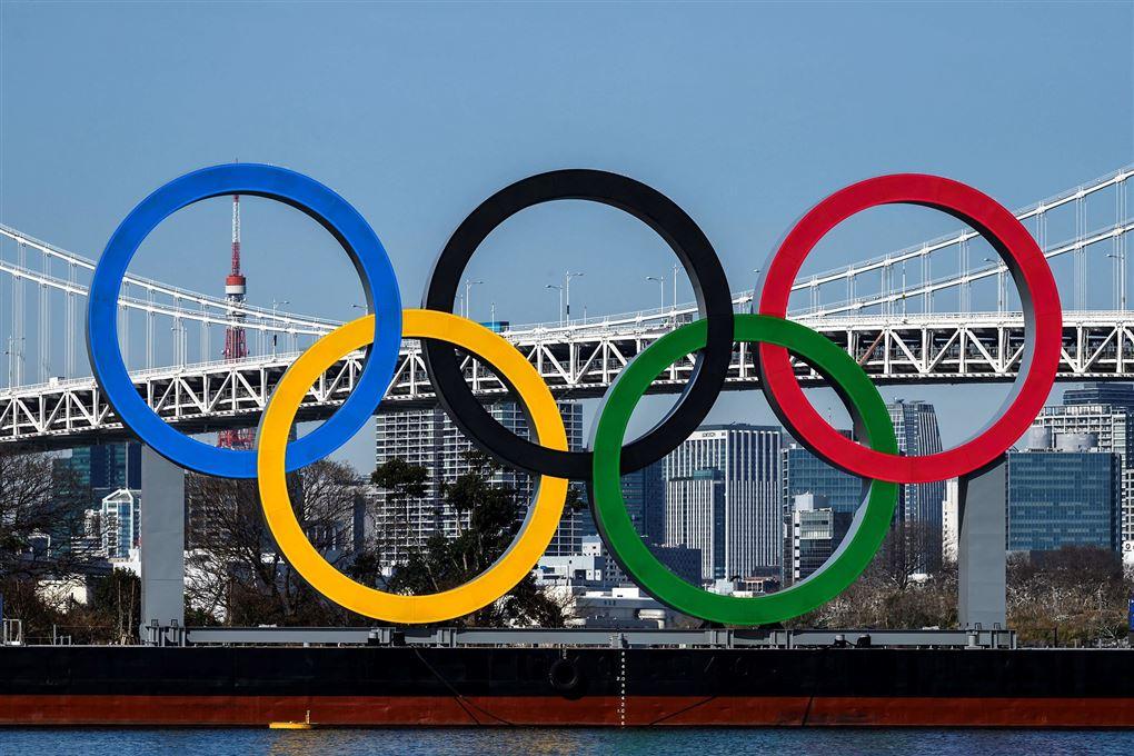 De olympiske ringe ved bro i Tokyo