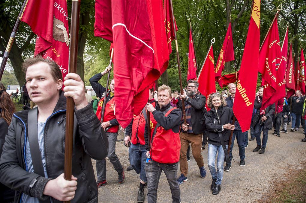 Procession med røde faner.