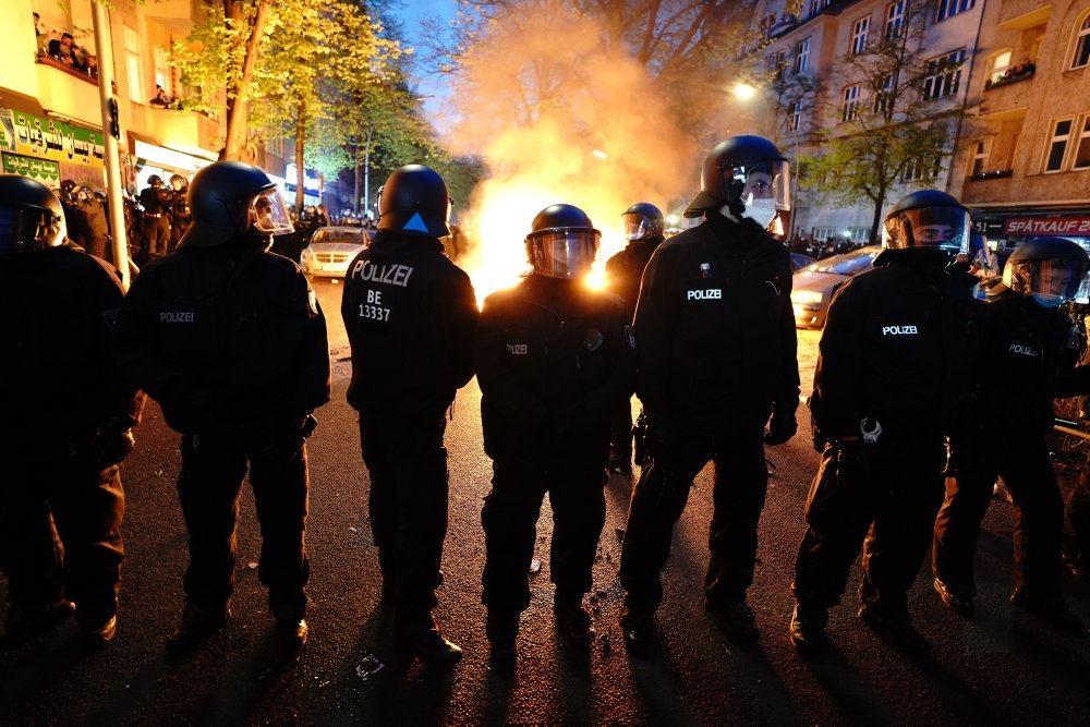 politi med bål i baggrunden