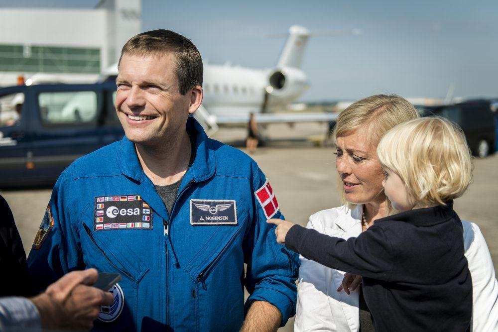 En astronaut med sin familie på landingsbane