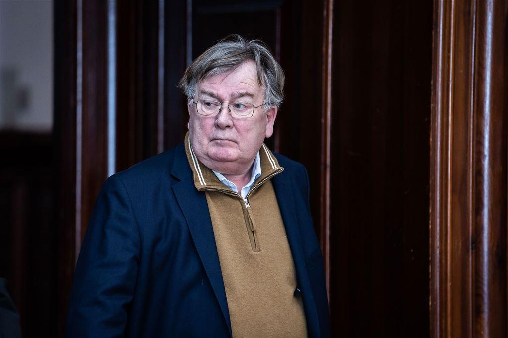 Claus Hjort Frederiksen på vej ud af en dør. Han ser sur ud.