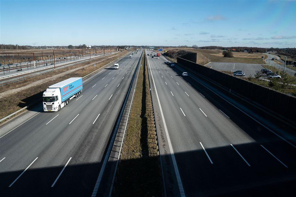 næsten tom motorvej set fra motorvejsbro