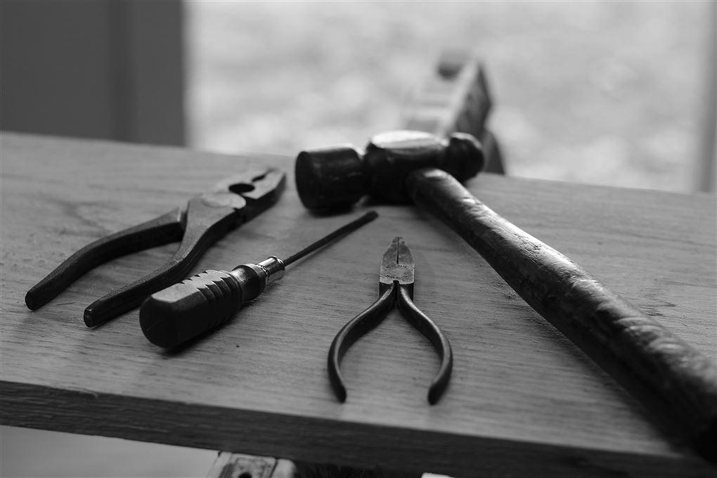 Træplade med forskelligt værktøj
