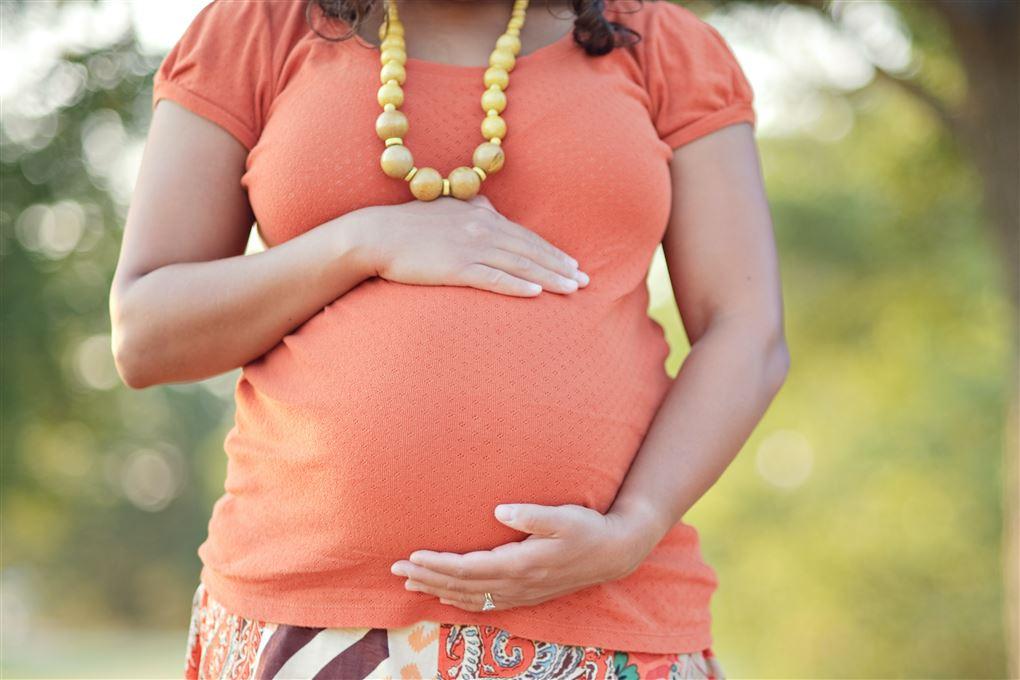 En kvinde med en gravid mave.
