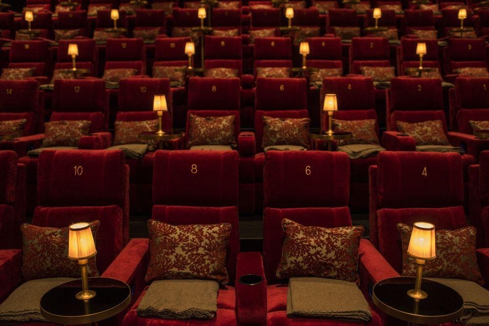 En række hyggelige stole i en biograf