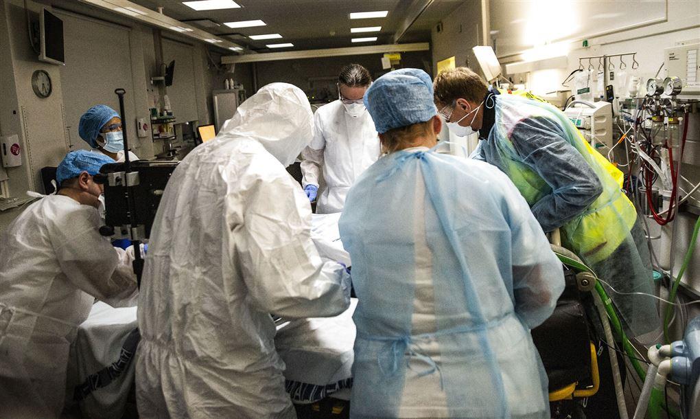 læger står ved indlagt