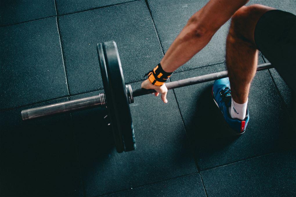 billede af en person som løfter vægte