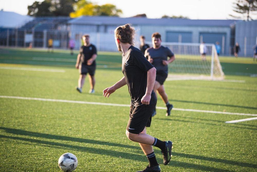 Unge mennesker på fodboldbane