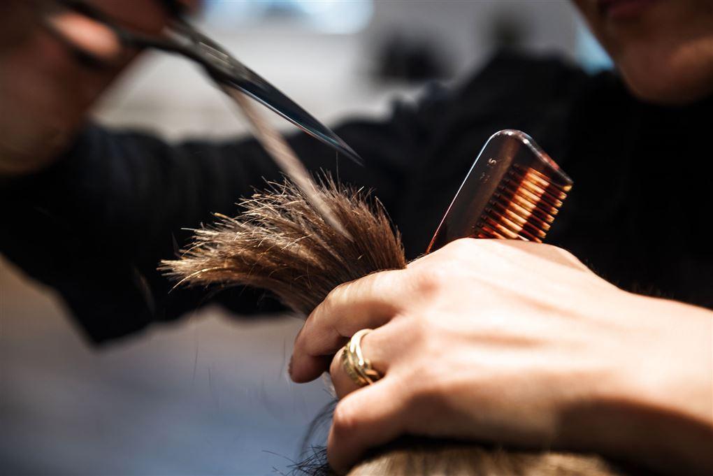Kam og saks ved hår