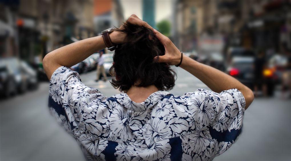 billede af en person som tager sig til hovedet