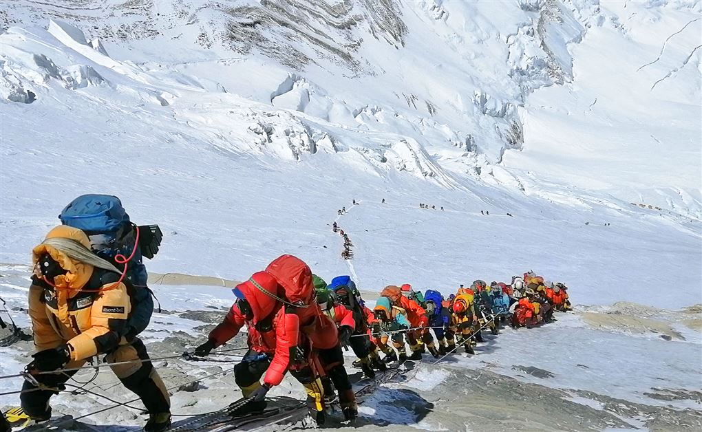 bjerbestigere i lang kø på vej op af Mount Everest