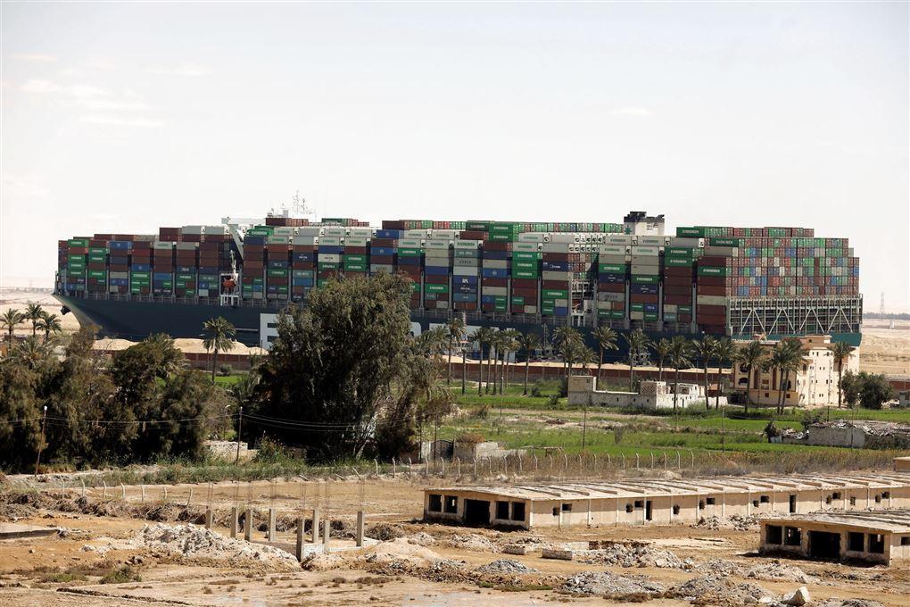 Containerskib i Suez-kanalen