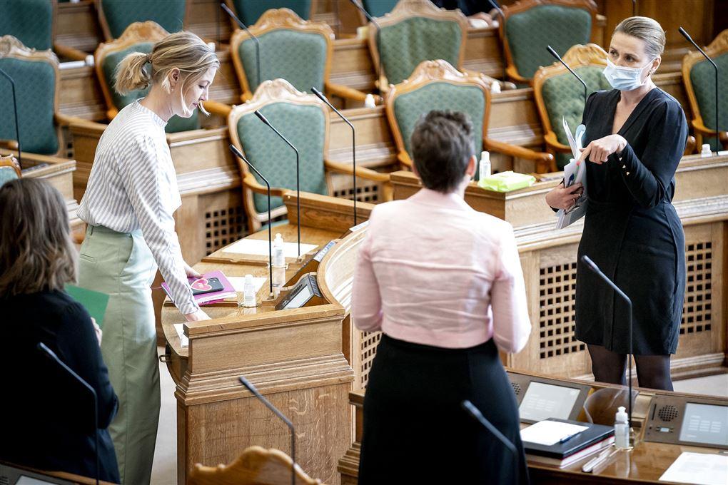 Lederen af De Radikale, SF og Socialdemokratiet, Sofie Carsten Nielsen, Pia Olsen Dyhr og Mette Frederiksen i snak i Folketinget.
