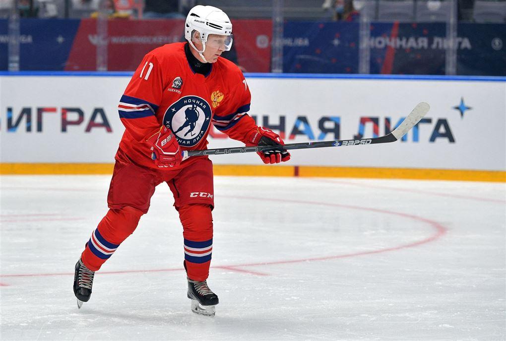 vladimir putin i aktion på ishockeybanen
