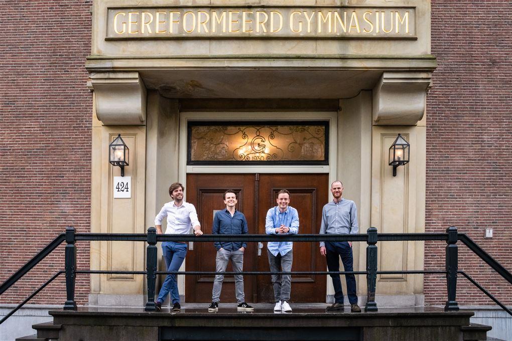 Fire mænd  på en trappe