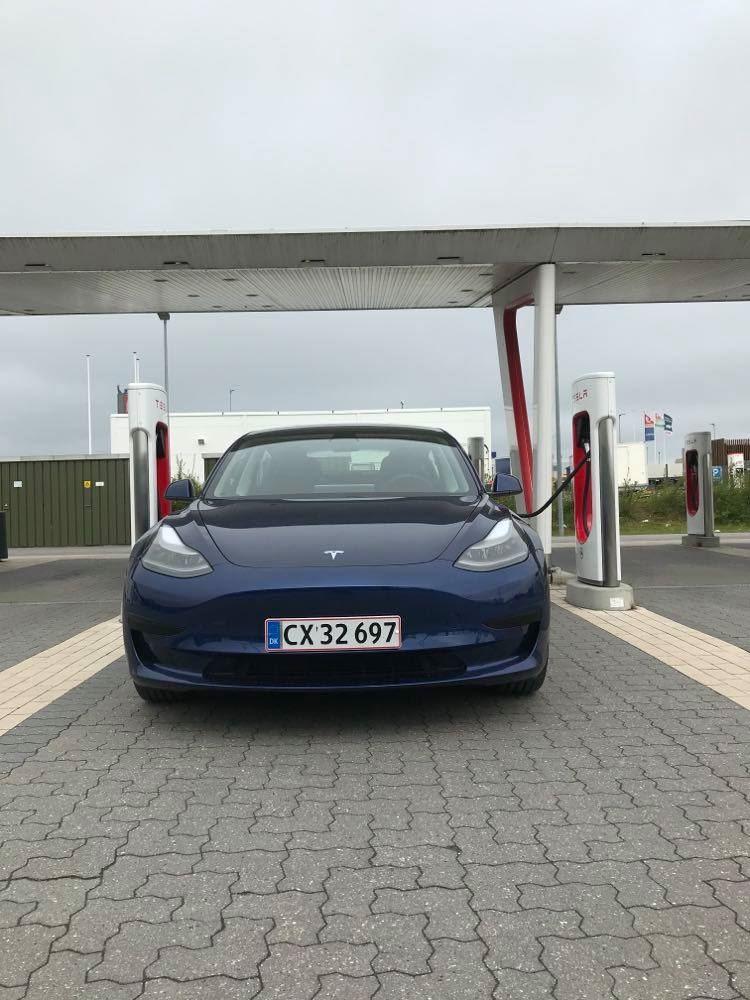 En blå Tesla 3 oplader