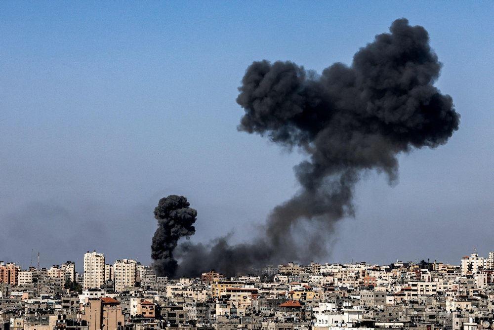 tyk røgsøjle stiger op over Gaza City