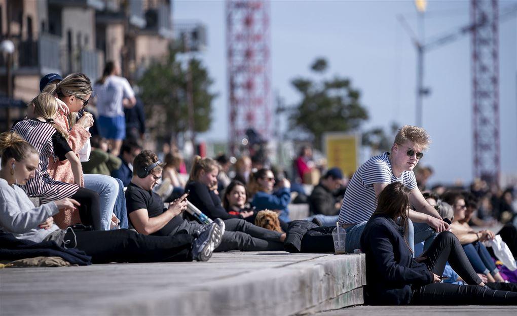 unge mennesker sidder tæt i solen